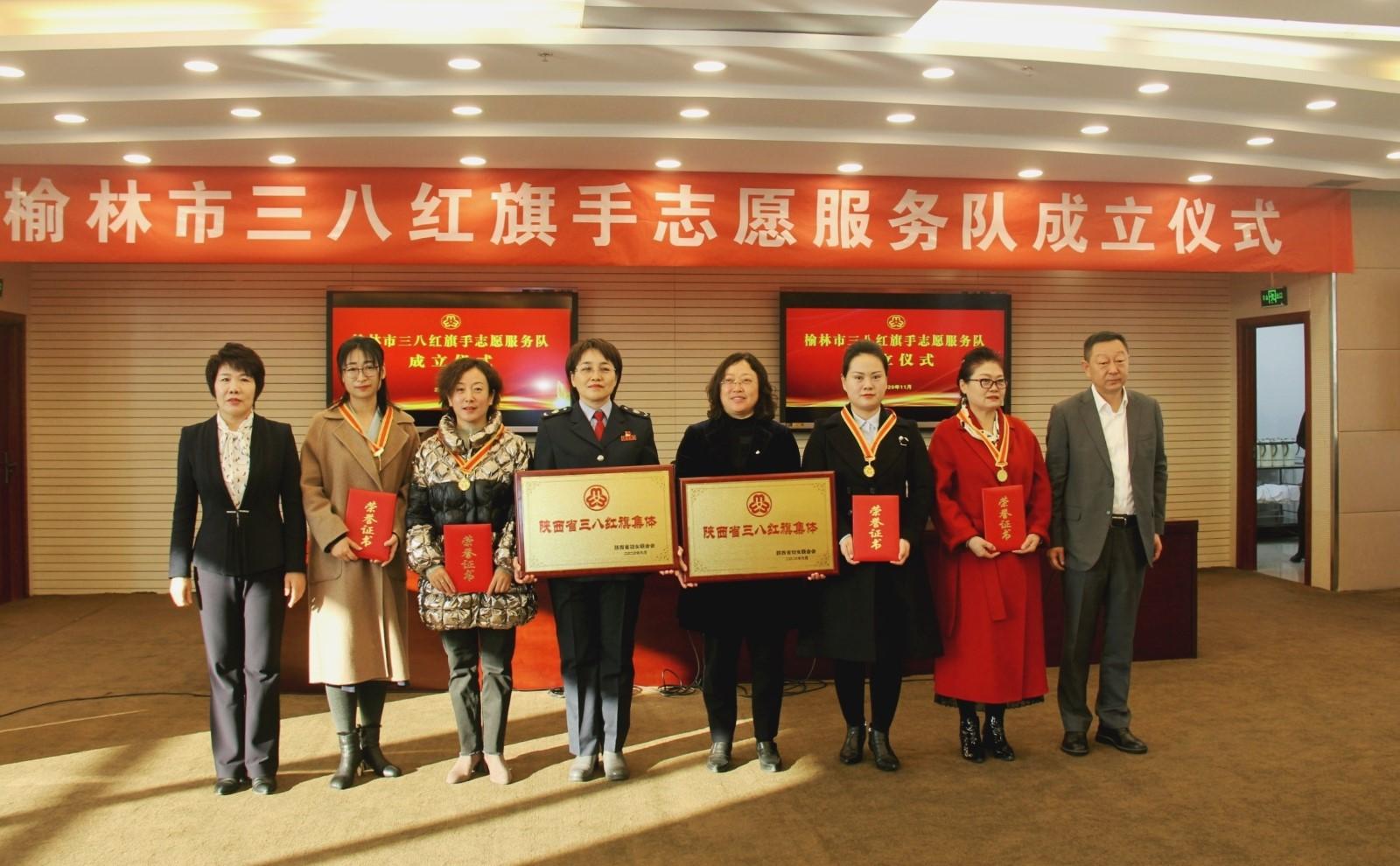 霍凤莲、谢宏共同为2020年省三八红旗手(集体)颁发荣誉证书及奖牌.jpg